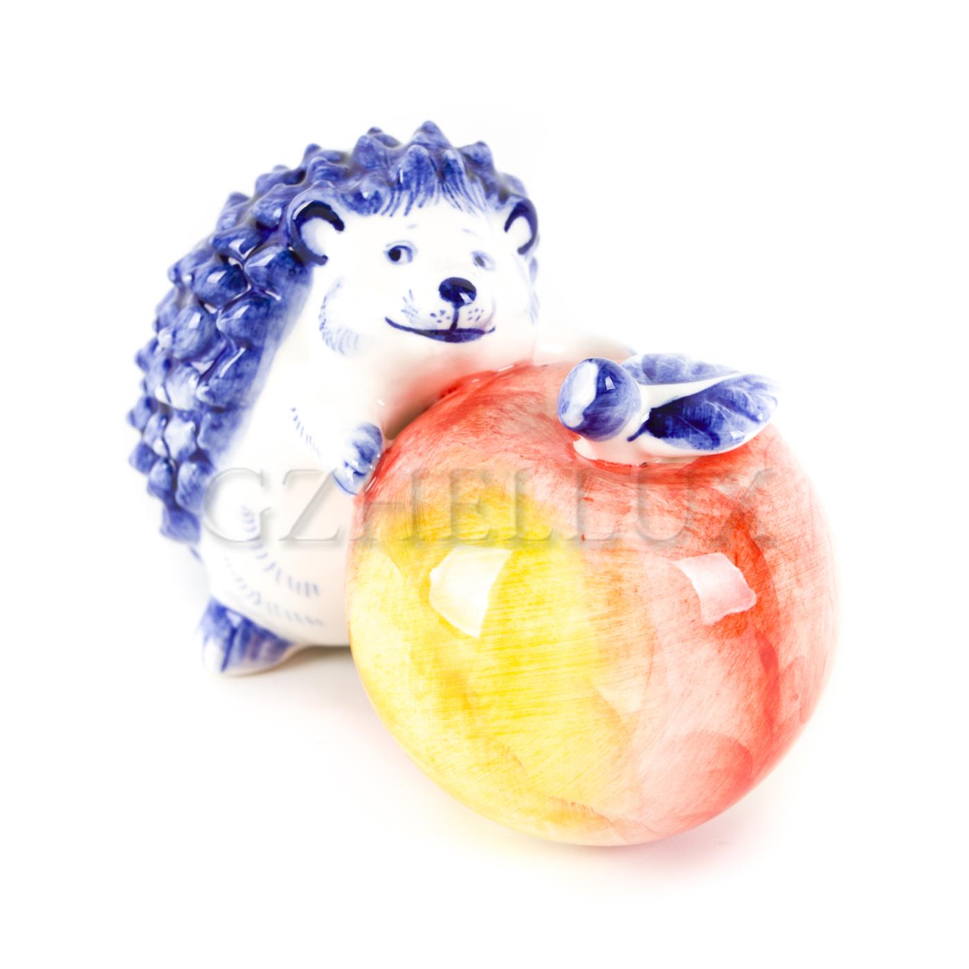 Скульптура «Ёж с яблоком» в красках